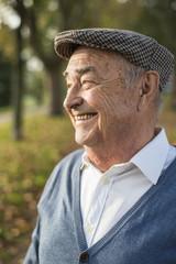 Glücklicher älterer Mann im Freien