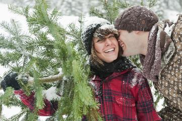 Österreich, Salzburg Land, Flachau, junger Mann und Frau, mit Weihnachtsbaum