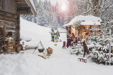 Österreich, Altenmarkt, Familie auf Weihnachtsmarkt