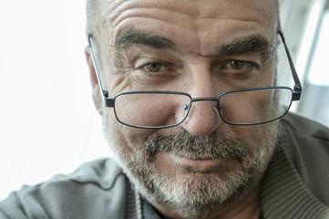 Porträt, lächelnder Mann mit Lesebrille