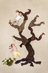 Kinder klettern im Baum