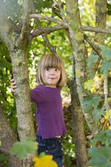 Porträt von Mädchen im herbstlichen Wald
