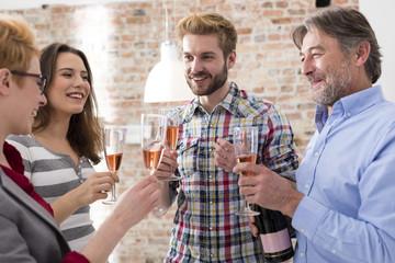 Geschäftsleute mit Champagner-Gläsern