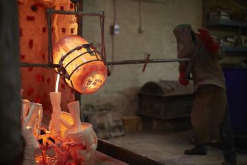 Südafrika, Kapstadt, Bronze wird in Gussform gegossen