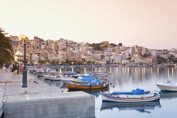 Griechenland, Kreta, Sitia, Ansicht des Hafens mit Stadt im Hintergrund