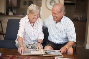 Paar mit Fotoalbum
