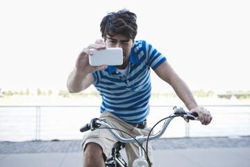 Deutschland, Köln, junger Mann mit Handy