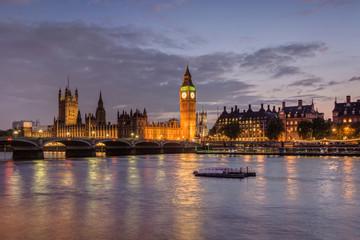 Vereinigtes Königreich, England, London, Themse, Big Ben und Palast von Westminster im Abendlicht
