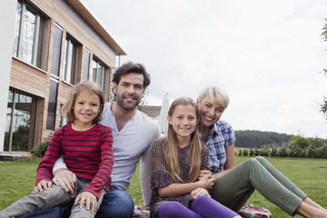 Deutschland, Bayern, Nürnberg, Portrait der Familie vor dem Haus