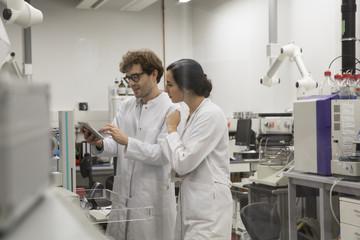 Wissenschaftler arbeiten mit Tablet-Computer in analytischen Labors