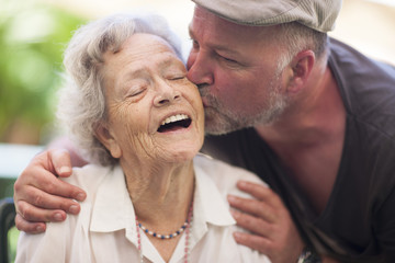 Älterer Mann und glückliche ältere Frau im Freien