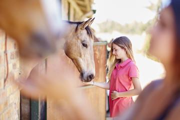 Jugendliche, mit Pferd im Stall