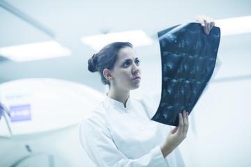 Radiologe betrachtet Röntgenbild