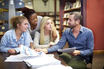 Gruppe von Studenten lernt in einer Bibliothek