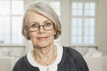 Deutschland, Berlin, Seniorin mit Brille, Portrait