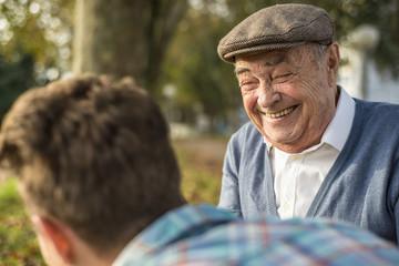 Lachender Senior und Enkel im Freien