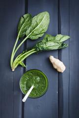 Grüner Smoothie von Spinat und Ingwer, close up