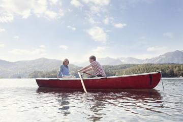 Deutschland, Bayern, Paar im Ruderboot, lächelnd