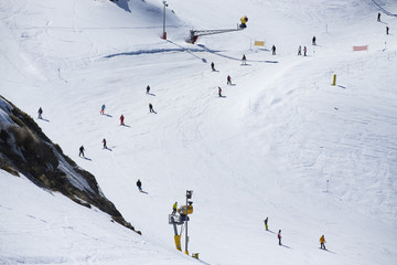Mass descent of mountain skiers from a wide hillside