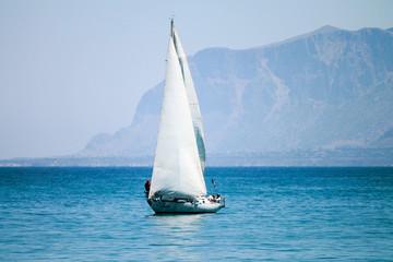 Barca a vela con Palermo sullo sfondo