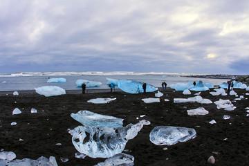 Islanda: persone tra gli iceberg sulla spiaggia