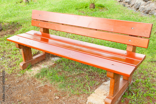 banc de jardin en bois rouge banc public photo libre de droits sur la banque d 39 images fotolia. Black Bedroom Furniture Sets. Home Design Ideas