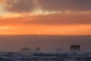 Il mare in Islanda:  tramonto alla spiaggia nera di Vik