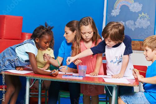 Kinder malen bilder im kindergarten stockfotos und lizenzfreie bilder auf bild - Menschen malen lernen kindergarten ...
