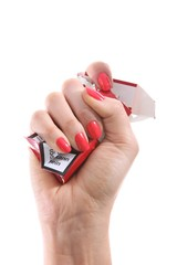 Hand einer Frau zerknüllt Zigarettenschachtel