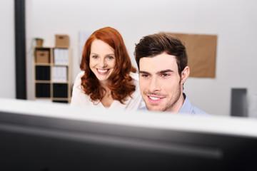 zwei junge motivierte kollegen im büro
