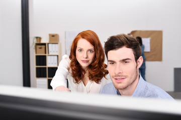 junge team im büro plant etwas am computer