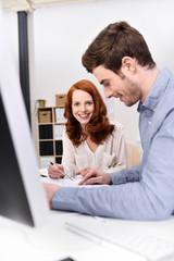zwei motivierte mitarbeiter am arbeitsplatz