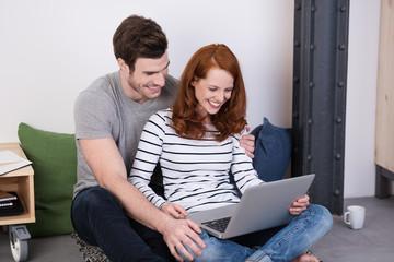 entspanntes junges paar bestellt in einem online-shop