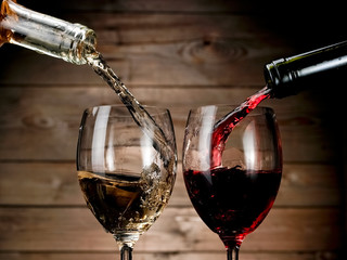 Obraz Red and white wine pouring on wood background - fototapety do salonu