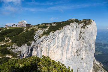 Berghütte mit Felswand