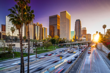 Spoed Fotobehang Los Angeles Los Angeles downtown skyline sunset buildings highway