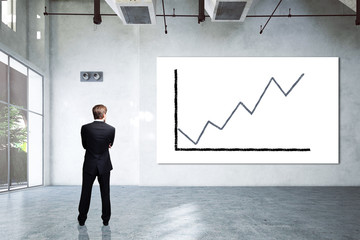Geschäftsmann vor Leinwand mit steigender Kurve