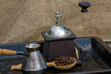 помелим зерна кофе