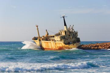 Fotobehang Schipbreuk Waves splashing on the sunken ship