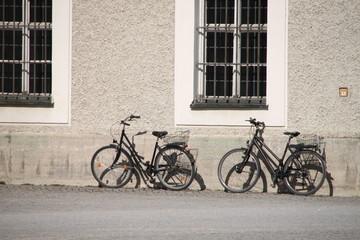 Fahrräder vor einer alten Hausfassade