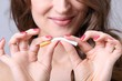 Junge Frau biegt Zigarette durch