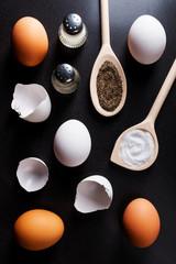 Eier Eierschalen Salz und Pfeffer