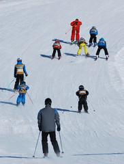Enfants en leçon de ski