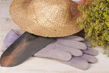 Gartenhandschuhe,Strohhut,Schaufel und Thymian
