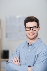 erfolgreicher junger unternehmer im büro