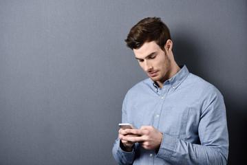 mann tippt auf seinem smartphone