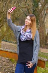 Selfie mit pinkem Smartphone