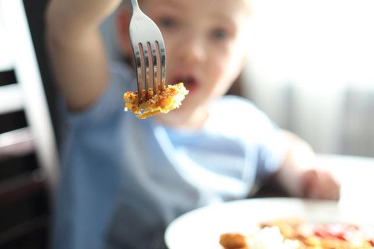 Dziecko przy jedzeniu.