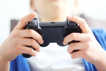 Fototapeta Dziecko trzyma w dłonie pilot do gry video. obraz