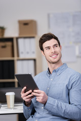 moderner geschäftsmann am arbeitsplatz mit tablet in der hand